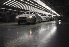 <p>Toyota table désormais sur des ventes de 9,76 millions de véhicules sur l'année calendaire 2012, contre une prévision précédente de 9,58 millions. /Photo prise le 6 juillet 2012/REUTERS/Yoko Kubota</p>
