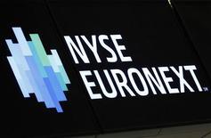 <p>L'opérateur boursier Nyse Euronext compte sur des réductions de coûts et une nouvelle stratégie pour l'aider à renouer avec la croissance l'année prochaine alors que le groupe a fait état d'une baisse de 20% de son résultat trimestriel. /Photo prise le 14 mai 2012/REUTERS/Brendan McDermid</p>