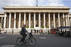 <p>Les Bourses européennes rebondissent à mi-séance vendredi, effaçant une grande partie de leurs pertes de la veille dans l'attente de la publication du rapport mensuel sur l'emploi aux Etats-Unis. À Paris, le CAC 40 progressait de 2,62% à 3.316,90 points vers 11h05 GMT dans un volume d'affaires réduit tandis que le Dax avançait de 2,41% et le FTSE prenait 1,54%. /Photo d'archives/REUTERS/Charles Platiau</p>