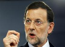 <p>Mariano Rajoy, interrogé sur une éventuelle candidature à une aide financière de l'UE, ne l'a pas exclu en déclarant vendredi qu'il mènerait les actions qui serviraient au mieux les intérêts de son pays. Le président du gouvernement espagnol a par ailleurs réaffirmé qu'il devenait de plus en plus difficile pour Madrid de refinancer sa dette. /Photo prise le 3 août 2012/2012/REUTERS/Susana Vera</p>