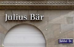 <p>La banque suisse Julius Bär va racheter les activités de gestion de fortune non-américaines de Bank of America Merrill Lynch, faisant ainsi bondir de 40% ses actifs sous gestion. /Photo prise le 6 février 2012/REUTERS/Arnd Wiegmann</p>