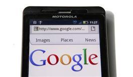 <p>Motorola Mobility, filiale de Google, entend supprimer 20% de ses effectifs, fermer près d'un tiers de ses bureaux dans le monde et cesser de produire des combinés mobiles bas de gamme, selon le New York Times. /Photo d'archives/REUTERS/Kevin Lamarque</p>
