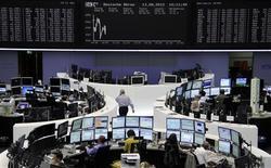 <p>En place de Francfort où le Dax gaganit 0,23% vers 12h30 tandis que l'indice français CAC40 progressait de 0,10%. Les Bourses européennes évoluent sans grande tendance lundi à mi-séance, tiraillées entre de nouveaux signes de ralentissement de l'économie mondiale et des espoirs d'une action des banques centrales pour soutenir la croissance. /Photo prise le 13 août 2012/REUTERS/Remote/Tobias Schwarz</p>