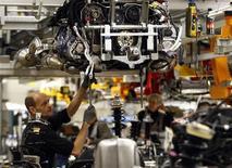<p>Le PIB de l'Allemagne a augmenté de 0,3% CVS au deuxième trimestre, par rapport au trimestre précédent, ce qui est un petit peu mieux que le consensus, grâce à des exportations et à une consommation soutenues. /Photo prise le 24 janvier 2012/REUTERS/Michael Dalder</p>