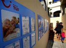 <p>Le groupe allemand de tourisme et de logistique TUI a dit s'attendre à de bons résultats financiers cette année après avoir publié mardi des chiffres meilleurs que prévu au troisième trimestre grâce à une bonne saison estivale. /Photo prise le 31 mai 2012/REUTERS/Yannis Behrakis</p>