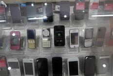 <p>Les ventes mondiales de téléphones mobiles ont reculé de 2% entre avril et juin 2012, un deuxième trimestre consécutif de repli qui incite Gartner à envisager une probable révision en baisse de ses prévisions annuelles, les consommateurs réfrénant leurs achats de nouveaux modèles dans un contexte d'incertitude économique. /Photo prise le 13 avril 2012/REUTERS/Kham</p>