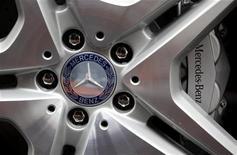 <p>Le groupe automobile allemand Daimler envisage de construire certains modèles de sa marque Mercedes en collaboration avec Renault et Nissan, selon le Financial Times Deutschland, qui ne précise pas ses sources. /Photo prise le 30 janvier 2012/REUTERS/Kai Pfaffenbach</p>