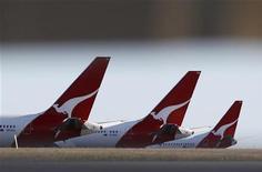 """<p>Qantas Airways a annulé 35 commandes de Boeing 787 """"Dreamliner"""" afin de réduire ses coûts, après avoir publié ses premiers résultats annuels déficitaires depuis 17 ans. L'exercice fiscal clos fin juin se solde par une perte de 244 millions de dollars australiens (205 millions d'euros) pour la compagnie aérienne australienne en difficulté. /Photo d'archives/REUTERS/Daniel Munoz</p>"""