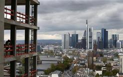 <p>Vue de Francfort. La croissance économique de l'Allemagne a ralenti à 0,3% au deuxième trimestre en raison d'une forte baisse des investissements, dernier signe en date que la première économie de la zone euro n'est pas épargnée par la crise de la dette. /Photo prise le 26 avril 2012/REUTERS/Kai Pfaffenbach</p>