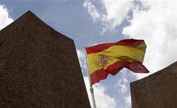 <p>L'Espagne négocie avec la zone euro les conditions d'une aide internationale pour faire baisser ses coûts d'emprunt mais elle n'a encore pris aucune décision définitive quant à solliciter un renflouement, selon trois sources proches du dossier. /Photo d'archives/REUTERS/Andrea Comas</p>