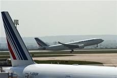 <p>Le titre Air France-KLM figure au rang des valeurs à suivre ce vendredi à la Bourse de Paris, alors que la compagnie aérienne doit annoncer jeudi prochain lors d'un comité d'entreprise les sureffectifs du personnel navigant des trois compagnies régionales destinées à être fusionnées dans un seul pôle. /Photo d'archives/REUTERS/Gonzalo Fuentes</p>