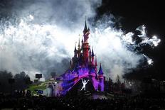 <p>Spectacle à Disneyland Paris. L'action Euro Disney s'envole vendredi en fin de séance dans des volumes importants, Walt Disney, maison mère de la société d'exploitation de Disneyland Paris, envisageant de racheter la totalité de l'entreprise, selon le magazine Time. /Photo prise le 31 mars 2012/REUTERS/Benoît Tessier</p>