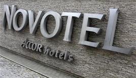 <p>Accor, à suivre à la Bourse de Paris à la mi-séance où le CAC 40 progresse de 0,69% à 3.436,75 points vers 12h00. Le groupe hôtelier prend 1,69% à 25,49 euros, après un relèvement de l'objectif de cours d'UBS sur le titre. /Photo prise le 10 juillet 2012/REUTERS/Kacper Pempel</p>