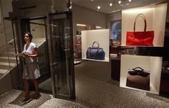 <p>Boutique Hermès à Bombay. Hermès a déposé plainte le 10 juillet contre LVMH sur les modalités d'entrée du géant mondial du luxe dans son capital. /Photo d'archives/REUTERS/Danish Siddiqui</p>