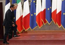 <p>Lors d'une rencontre à Rome, François Hollande et Mario Monti ont invité mardi le prochain Conseil européen d'octobre à prendre des décisions nécessaires à un règlement durable de la crise de la zone euro incluant un resserrement des écarts de taux sur la dette souveraine. /Photo prise le 4 septembre 2012/REUTERS/Alessandro Bianchi</p>