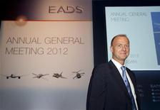<p>Tom Enders, PDG d'EADS. EADS, la maison mère d'Airbus, et le groupe britannique BAE Systems ont annoncé mercredi soir discuter d'un rapprochement qui créerait un nouveau géant européen de l'aéronautique et de la défense, un projet motivé notamment par la baisse des dépenses de défense en Europe et aux Etats-Unis. /Photo prise le 31 mai 2012/REUTERS/Paul Vreeker/United Photos</p>