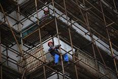 <p>Chantier de construction à Shanghai. L'OCDE estime que le ralentissement des grandes économies émergentes que sont la Chine, l'Inde et la Russie devrait se poursuivre tandis que la croissance est appelée à rester faible en zone euro. /Photo prise le 5 septembre 2012/REUTER/Aly Song</p>