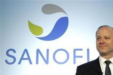 <p>Sanofi avance de 0,67% à la mi-séance. La FDA a donné son feu vert à la mise sur le marché américain de l'Aubagio, un traitement de la sclérose en plaques produit par le groupe dirigé par Chris Viehbacher. /Photo d'archives/REUTERS/Benoît Tessier</p>