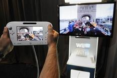 """<p>Avec sa nouvelle console de jeux Wii U, qui sera lancée au Japon le 8 décembre, Nintendo espère reprendre l'avantage sur ses concurrents traditionnels Sony et Microsoft, mais surtout contrecarrer l'essor des jeux sur tablettes et smartphones. Elle est composée d'une console et de deux """"GamePad"""" -hybrides entre la manette et la tablette- dotés d'un écran tactile. /Photo prise le 5 juin 2012/REUTERS/Phil McCarten</p>"""