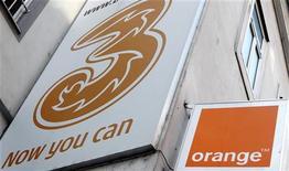 <p>Selon une source, la Commission européenne va émettre des griefs sur le rachat d'Orange Autriche par Hutchison 3G en estimant que cette opération de 1,3 milliard d'euros nuira à la concurrence, en dépit des concessions proposées par les deux groupes. /Photo d'archives/REUTERS/Heinz-Peter Bader</p>