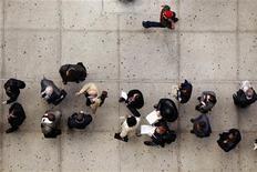 <p>File d'attente de demandeurs d'emploi à New York. Les inscriptions hebdomadaires au chômage ont augmenté aux Etats-Unis lors de la semaine au 8 septembre, à 382.000 contre 367.000 (révisé) la semaine précédente. /Photo prise le 12 avril 2012/REUTERS/Lucas Jackson</p>