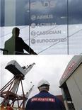 <p>Le projet de fusion entre EADS et BAE Systems n'a suscité pour le moment aucune réaction officielle de François Hollande. Un silence notamment dû au fait que le gouvernement français n'a pas eu l'initiative dans ce dossier et a joué un rôle passif, selon les observateurs. /Photo d'archives/REUTERS/Tobias Schwarz/David Moir</p>