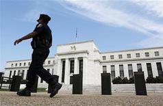 <p>La Réserve fédérale a lancé jeudi un nouveau plan de soutien à l'économie en annonçant qu'elle achèterait désormais pour 40 milliards de dollars de dette immobilière par mois et qu'elle poursuivrait ses achats de titres sur les marchés jusqu'à ce que le marché du travail s'améliore nettement et sous réserve que l'inflation reste contenue. /Photo prise le 22 août 2012/REUTERS/Larry Downing</p>