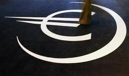 <p>L'opportunité pour l'Espagne de solliciter une aide financière extérieure afin de soulager ses finances publiques devrait être au coeur des débats des ministres des Finances de la zone euro réunis à Chypre ce vendredi, alors que le plan de rachat de dette de la Banque centrale européenne (BCE) a déjà fait partiellement refluer les coûts de financement de Madrid. /Photo d'archives/REUTERS/Nacho Doce</p>