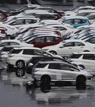 <p>Les constructeurs automobiles japonais ont appelé vendredi le gouvernement et la banque centrale à mettre rapidement en oeuvre des mesures permettant d'endiguer l'appréciation du yen, un handicap de plus en plus lourd pour leurs exportations. /Photo prise le 29 février 2012/REUTERS/Kim Kyung-Hoon</p>