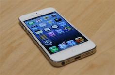 <p>Imagen de archivo del iPhone 5 de Apple tras su presentación durante un evento de la firma en San Francisco, EEUU, sep 12 2012. El iPhone 5 de Apple, que fue lanzado con mucha fanfarria en Estados Unidos el miércoles, no funcionará en las redes de banda ancha de alta velocidad para dispositivos móviles de gran parte de Europa, lo que podría confundir a consumidores y demorar el desarrollo de servicios 4G en la región. REUTERS/Beck Diefenbach</p>