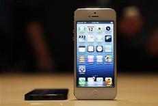 <p>Imagen de archivo del teléfono móvil iPhone 5 de Apple durante un evento realizado para medios en San Francisco, EEUU, sep 12 2012. La demanda por el nuevo iPhone de Apple Inc ha excedido la cantidad inicial de aparatos disponibles, convirtiéndolo en el modelo de más rápida venta de la historia y llevando la fecha de entrega de algunas órdenes preliminares al mes próximo. REUTERS/Beck Diefenbach</p>