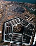 <p>Imagen de archivo del edificio del Pentágono en Washington, mayo 11 1993. Las redes informáticas estadounidenses de propiedad privada continúan siendo vulnerables a los ataques cibernéticos y muchas compañías de Estados Unidos no están haciendo lo suficiente para protegerlas, dijo el miércoles el subsecretario de Defensa Ashton Carter. REUTERS/STRINGER</p>