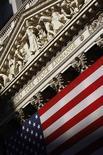 """<p>Wall Street pourrait éprouver des difficultés à maintenir son niveau proche d'un plus haut de cinq ans atteint avec les nouvelles mesures de soutien à l'économie américaine décidées par la Fed: les indicateurs macro-économiques attendus cette semaine pourraient confirmer le ralentissement de l'économie américaine et la """"saison des résultats"""", qui s'ouvre vers la mi-octobre, devrait montrer à quel point les sociétés ont souffert d'une conjoncture peu porteuse. /Photo d'archives/REUTERS/Brendan McDermid</p>"""