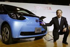 <p>Le vice-président de Toyota Takeshi Uchiyamada présente eQ, à Tokyo. Le groupe a renoncé à son projet de commercialisation à grande échelle de cette nouvelle mini-voiture électrique en reconnaissant que le marché n'est pas prêt pour ce produit./Photo prise le 24 septembre 2012/REUTERS/Yuriko Nakao</p>