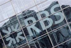 <p>Royal Bank of Scotland supprimera au total 3.800 postes dans son activité de banque d'investissement d'ici la fin 2013, soit 300 de plus qu'initialement annoncé, selon un dossier distribué avant une présentation aux investisseurs. /Photo d'archives/REUTERS/Toby Melville</p>
