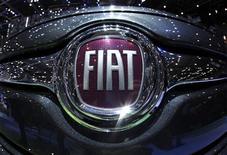 <p>Fiat a décidé de mettre en veilleuse ses projets d'investissement en Europe en attendant des jours meilleurs et ne fera donc pas le mois prochain des annonces très attendues sur le sujet, selon deux sources. /Photo prise le 6 mars 2012/REUTERS/Denis Balibouse</p>