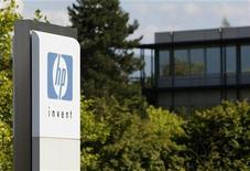 <p>Hewlett-Packard a annoncé mercredi s'attendre à de nouvelles difficultés au cours de son exercice fiscal 2013, un pronostic qui a fait chuter son cours de Bourse de de 8,4% à 16h24 GMT, à son plus bas niveau depuis près de dix ans. /Photo d'archives/REUTERS/Denis Balibouse</p>