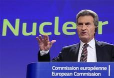 <p>Le commissaire européen à l'Energie, Günther Öttinger. Après une série d'inspections dans l'UE, la Commission européenne a affirmé que les autorités de contrôle et les opérateurs de centrales nucléaires devraient agir dès maintenant pour améliorer la sécurité des installations. /Photo prise le 4 octobre 2012/REUTERS/Yves Herman</p>