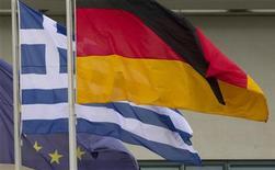 <p>Des responsables de la zone euro réfléchissent à de nouvelles solutions destinées à réduire l'endettement de la Grèce. Les retards pris par Athènes dans les réformes et la récession sévère qui sévit dans le pays ont réduit à néant les chances que la République hellénique ramène son ratio d'endettement à 120% de son PIB en 2020. /Photo d'archives/REUTERS/Thomas Peter</p>