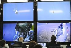 <p>Centre de contrôle du vol de Felix Baumgartner à Roswell, au Nouveau-Mexique. Le parachutiste autrichien s'est jeté dans le vide à partir d'une capsule volant à 37 km d'altitude. Il s'est posé sans encombre dix minutes plus tard après avoir franchi le mur du son. /Photo prise le 14 octobre 2012/REUTERS/Red Bull Content Pool</p>