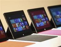 <p>Imagen de archivo de una serie de tabletas Surface de Microsoft durante su presentación en Los Angeles, jun 18 2012. Microsoft fijará el precio de su nueva tableta Surface por debajo del de la versión comparable de Apple, el iPad, en su intento de hacerse con una tajada de un mercado en auge. REUTERS/David McNew</p>