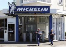 <p>Michelin à suivre à la Bourse de Paris. Le fabricant de pneus a fait état lundi d'une hausse de 5,7% de son chiffre d'affaires au troisième trimestre, sa politique de prix lui ayant permis de compenser la baisse des volumes enregistrée sur le marché, notamment en Europe occidentale. /Photo d'archives/REUTERS/Stéphane Mahé</p>
