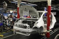 <p>Le gouvernement français va lancer une consultation sur l'ouverture de négociations pour un accord de libre échange entre l'Union européenne et le Japon, afin de veiller à ce qu'il ne nuise pas à l'industrie automobile française. /Photo prise le 8 octobre 2012/REUTERS/Pascal Rossignol</p>