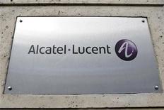 <p>Alcatel-Lucent (-2,63%) accuse la plus forte baisse du CAC 40 et du SBF 120 à la mi-séance avec les autres valeurs technologiques européennes (-0,5%), plombées par Nokia (-6,5%), qui va lever 750 millions d'euros à travers des obligations convertibles. /Photo d'archives/REUTERS/Charles Platiau</p>