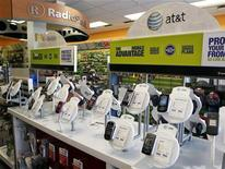 <p>Magasin RadioShack à Los Angeles. La chaîne américaine de ventes d'électronique grand public publie mardi une perte trimestrielle bien plus forte que prévu, provoquant une chute de près de 20% dans les transactions d'avant-Bourse à Wall Street. /Photo d'archives/REUTERS/Danny Moloshok</p>