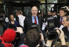 <p>El director general de la cadena británica BBC, George Enwistle, durante una conferencia de prensa en las afueras del Parlamento en Londres, oct 23 2012. El máximo responsable de la británica BBC dijo el martes a unos legisladores que las acusaciones de abusos sexuales contra una de sus antiguas estrellas eran un asunto grave, pero negó que los jefes hubieran intentado encubrir una de las mayores crisis que han afectado a la cadena de financiación pública. REUTERS/Olivia Harris</p>