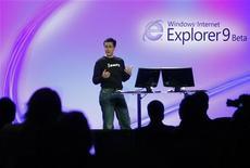 <p>Présentation du navigateur internet de Microsoft à San Francisco. La Commission européenne a accusé mercredi le géant des logiciels de n'avoir pas respecté une décision réglementaire prise en 2009 l'enjoignant de proposer aux internautes un choix de navigateurs, une première étape pouvant déboucher sur une lourde amende. /Photo d'archives/REUTERS/Robert Galbraith</p>