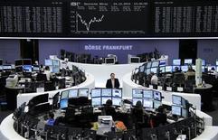 <p>Les Bourses européennes sont dans le vert mercredi à mi-séance, dans des marchés qui restent un peu soutenus par l'annonce d'une accélération de la croissance en Chine. À Francfort, le Dax reprend 0,16% vers 11h15 GMT. À Paris, le CAC 40 progresse de 0,35% à 3.418,47 points, après sa baisse de 2,2% la veille et à Londres, le FTSE avance de 0,12%. /Photo prise le 24 octobre 2012/REUTERS/Remote/Amanda Andersen</p>