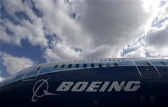 <p>Le groupe américain Boeing fait état mercredi d'un bénéfice meilleur qu'attendu au titre du troisième trimestre et relève ses prévisions pour 2012, faisant bondir le cours de son titre dans les transactions d'avant-Bourse. /Photo prisee le 24 avril 2012/REUTERS/Phil Noble</p>