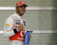 <p>Le Britannique Lewis Hamilton a décroché samedi au volant de sa McLaren la pole position du Grand Prix de Formule Un d'Abou Dhabi devant l'Australien Mark Webber. L'actuel leader du championnat du monde des pilotes, l'Allemand Sebastian Vettel, a terminé troisième des essais qualificatifs. /Photo prise le 3 novembre 2012/REUTERS/Suhaib Salem</p>